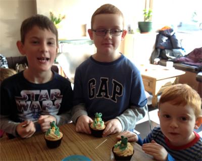 frog_cupcake_decorating